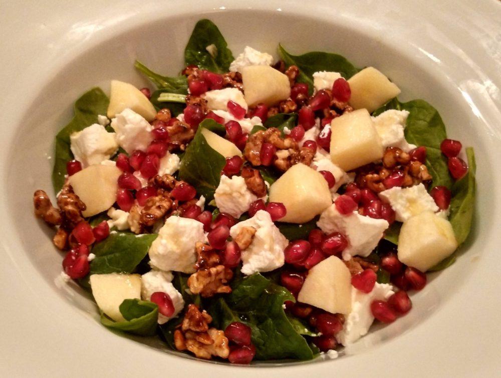 Špenátový salát s jablíčky a kozou