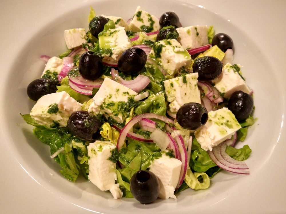 Salát s čerstvým sýrem a bazalkovým pestem