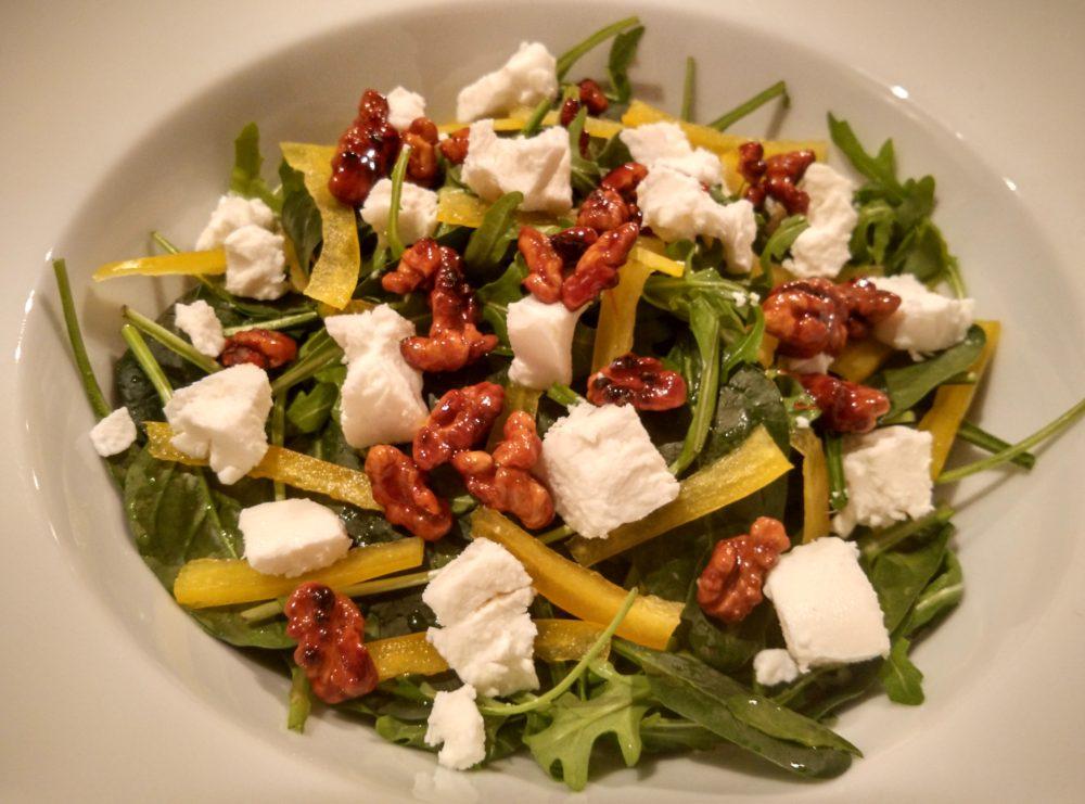 Salát s kozím sýrem a paprikou