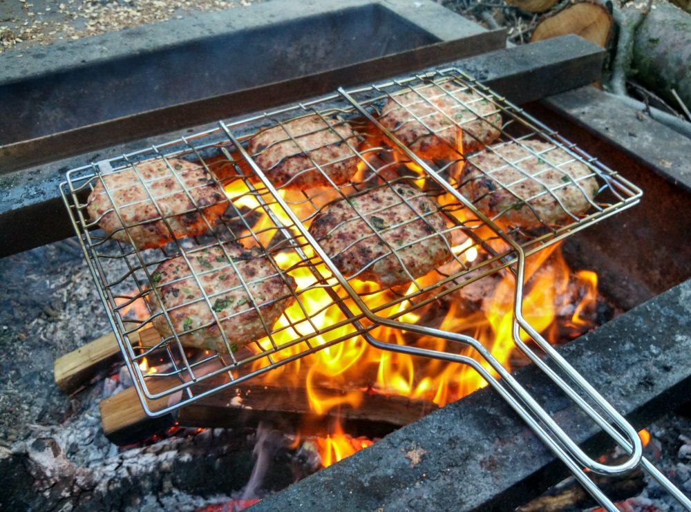 Hovězí maso do burgeru na ohni grilované