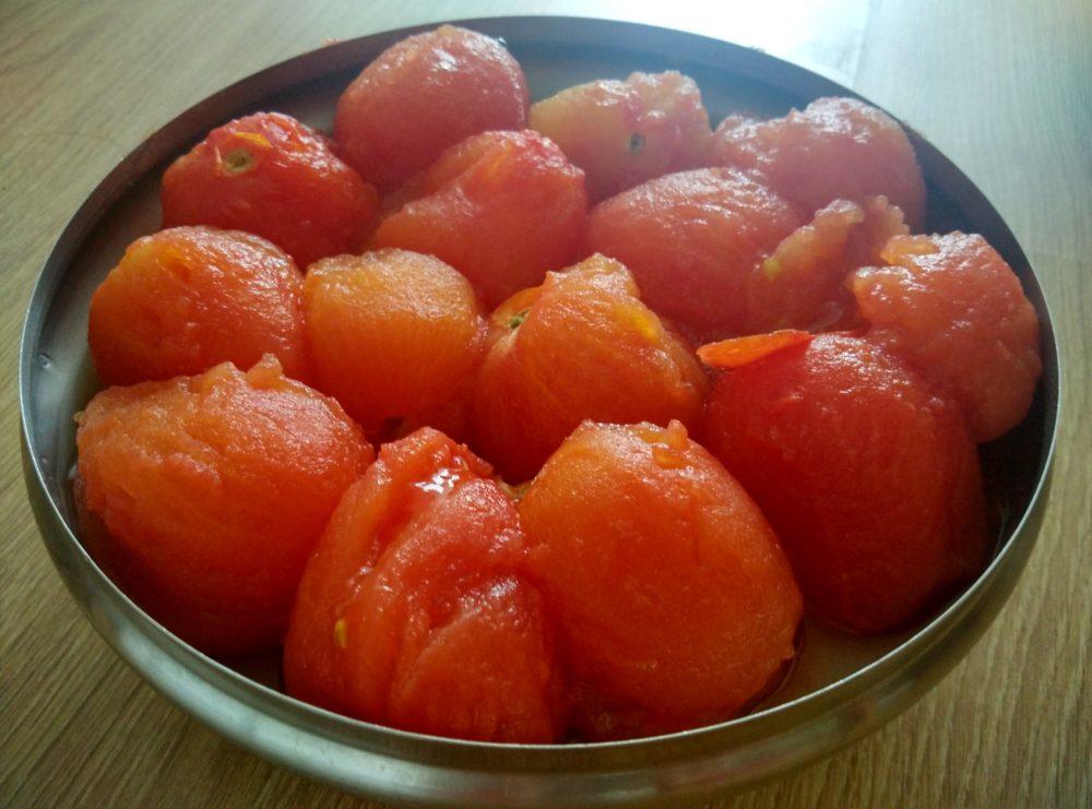 Oloupaná uvařená rajčata