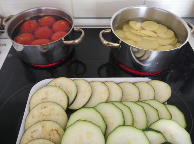 Příprava ingrediencí na musaku
