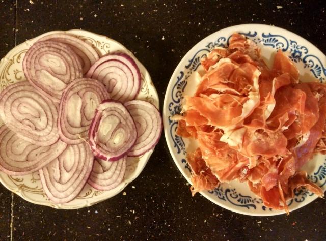 červená cibule a prosciutto