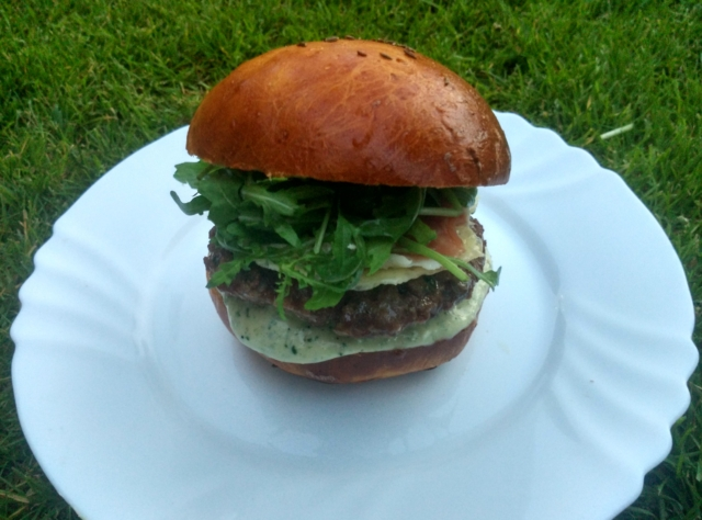 Hovězí burger s prosciuttem a rukolou
