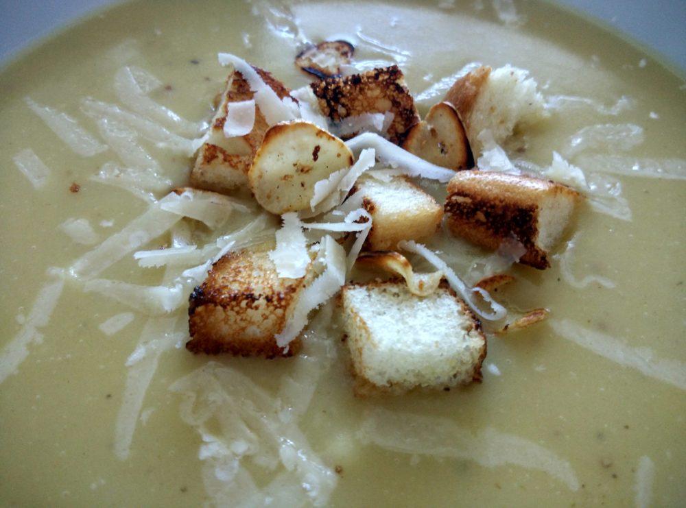 Česneková polévka s parmezánem