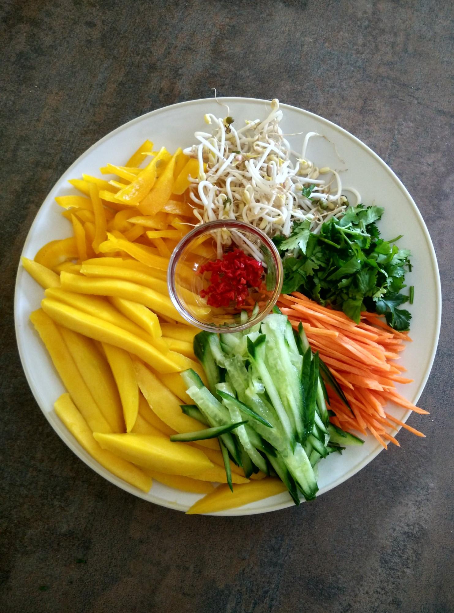Ingredience na salát s mangem a krevetami