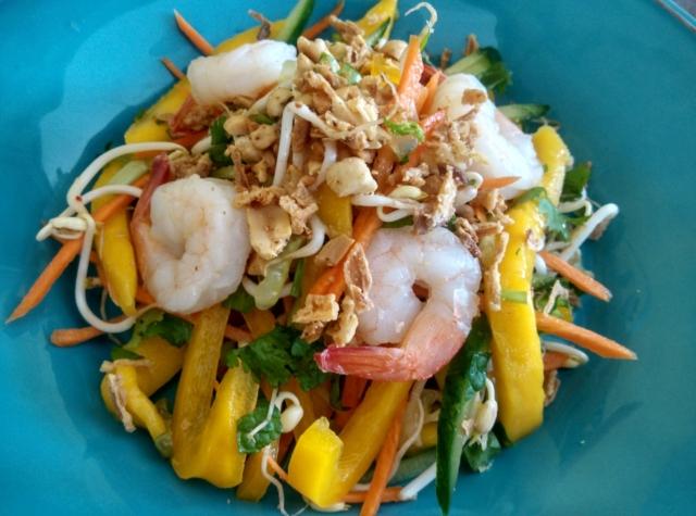 Salát s mangem a krevetami