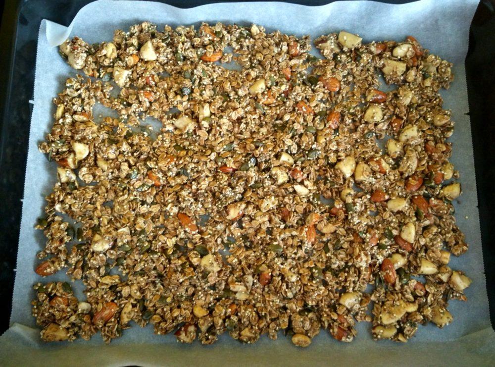 Smíchaná domácí granola před pečením