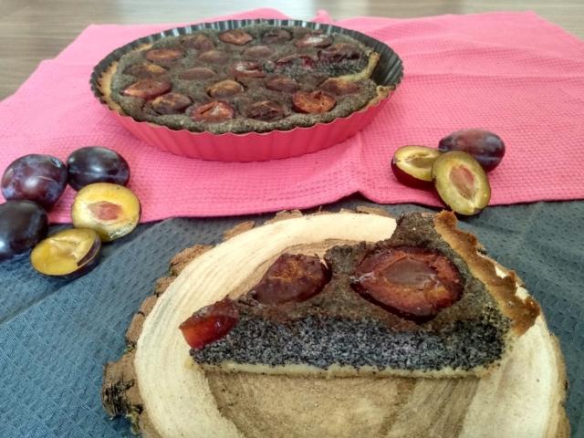 Bezlepkový makový koláč se švestkami